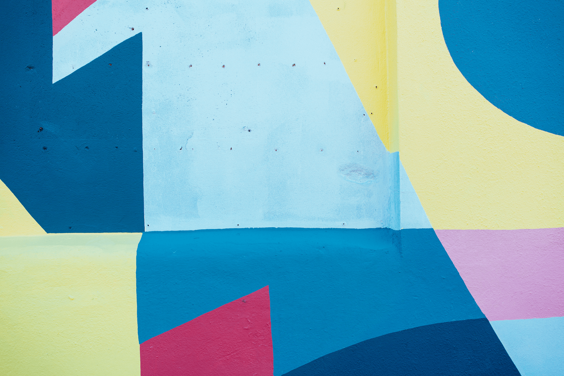 Wall with painting in blue yellow and pink